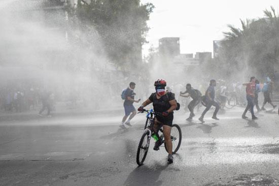 تفريق المتظاهرين بالماء