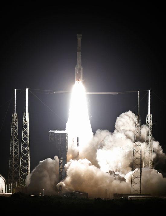 العادم الخارج من الصاروخ