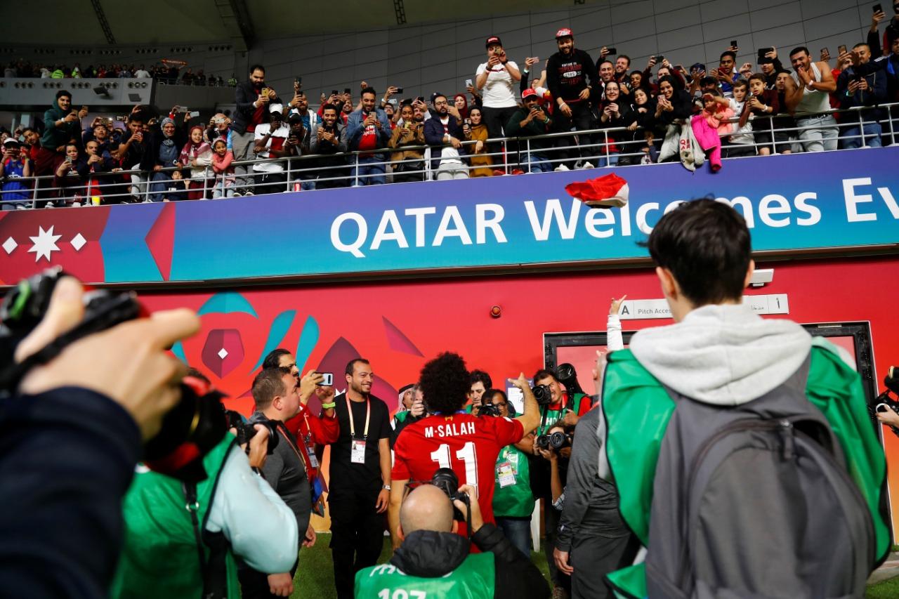 المشجع يلقى العلم إلى محمد صلاح