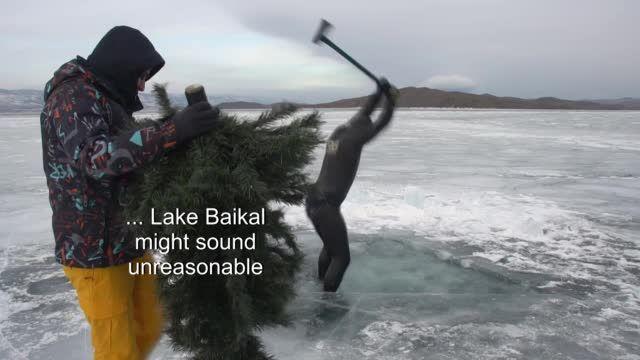 غواصون يثقبون طبقة الجليد ببحيرة بايكال