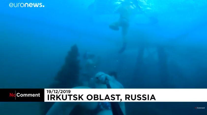 غواصون روس يرقصون حول شجرة الميلاد فى أعماق بحيرة بايكال