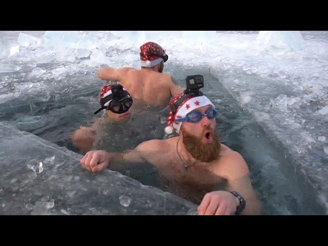 غواصون روس يحتفلون بشجرة عيد الميلاد تحت مياه أعمق بحيرة فى العالم
