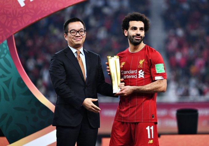 محمد صلاح مع جائزة أفضل لاعب