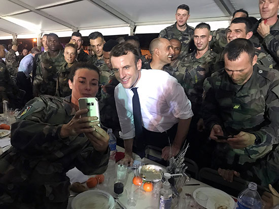 ماكرون يلتقط صورة شخصية مع جنود فرنسيين