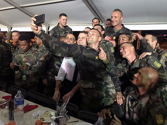 الرئيس الفرنسي  إيمانويل ماكرون يلتقط صورة شخصية مع جنود فرنسيين