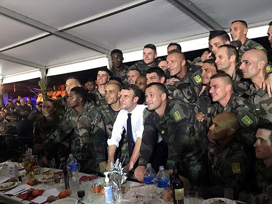 صورة جماعية للرئيس الفرنسى والجنود الفرنسيون