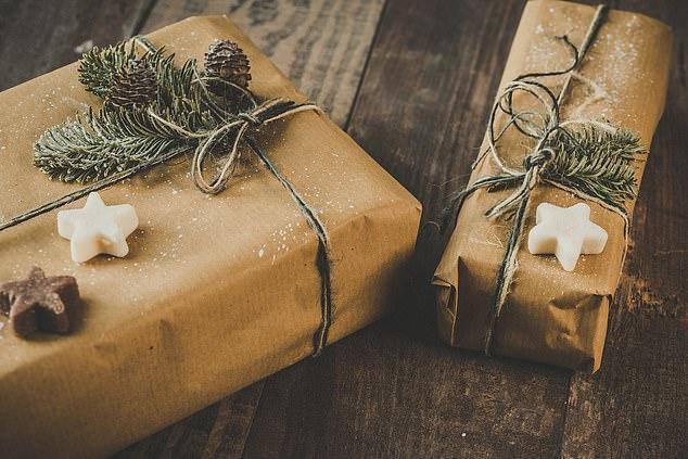 عودة استخدام الورق البنى التقليدى فى طرود عيد الميلاد
