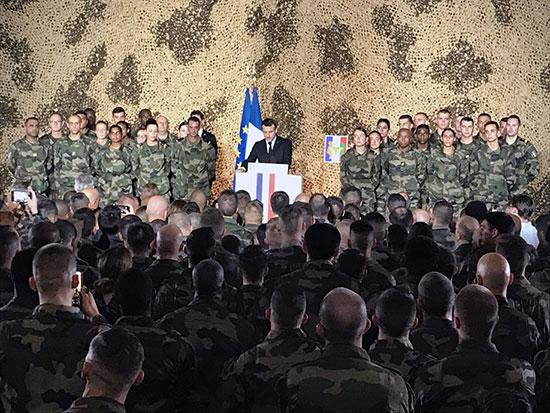 الرئيس الفرنسي ماكرون يخاطب الجنود الفرنسيين في معسكر بورت بويت العسكري في أبيدجان