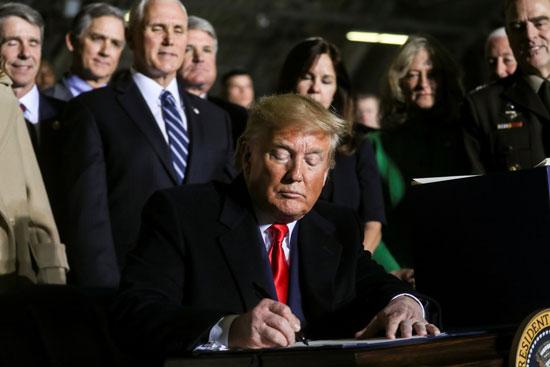 توقيع ترامب على قرار الميزانية