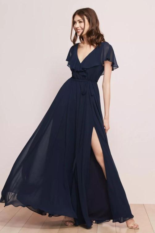 فستان بفتحة حرف الـ v