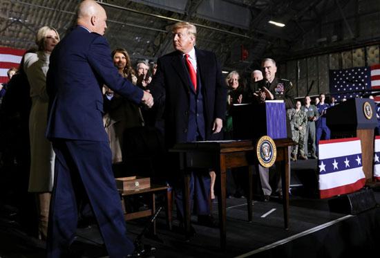 ترامب خلال حفل التوقيع