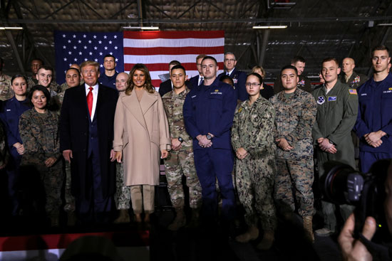 ترامب وميلانيا وسط الجنود