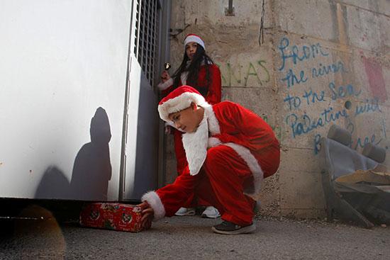 تبادل الهدايا بين الأطفال الفلسطينيون من أسف الجدار الإسرائيلى