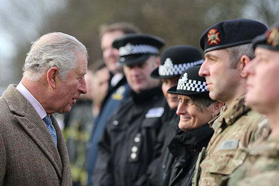الأمير البريطانى يتحدث مع أفراد خدمات الطوارئ فى فيشليك