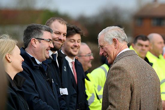 الأمير تشارلز يتحدث مع أفراد خدمات الطوارئ