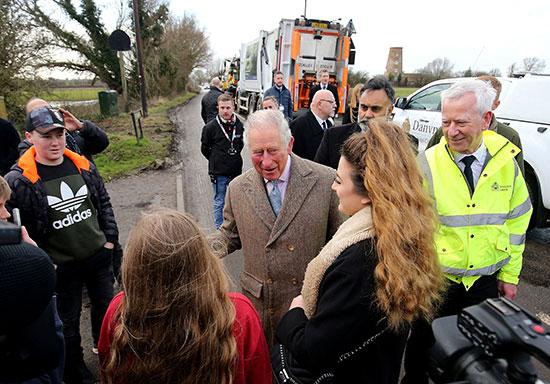 الأمير تشارلز يتحدث مع ضحايا الفيضانات