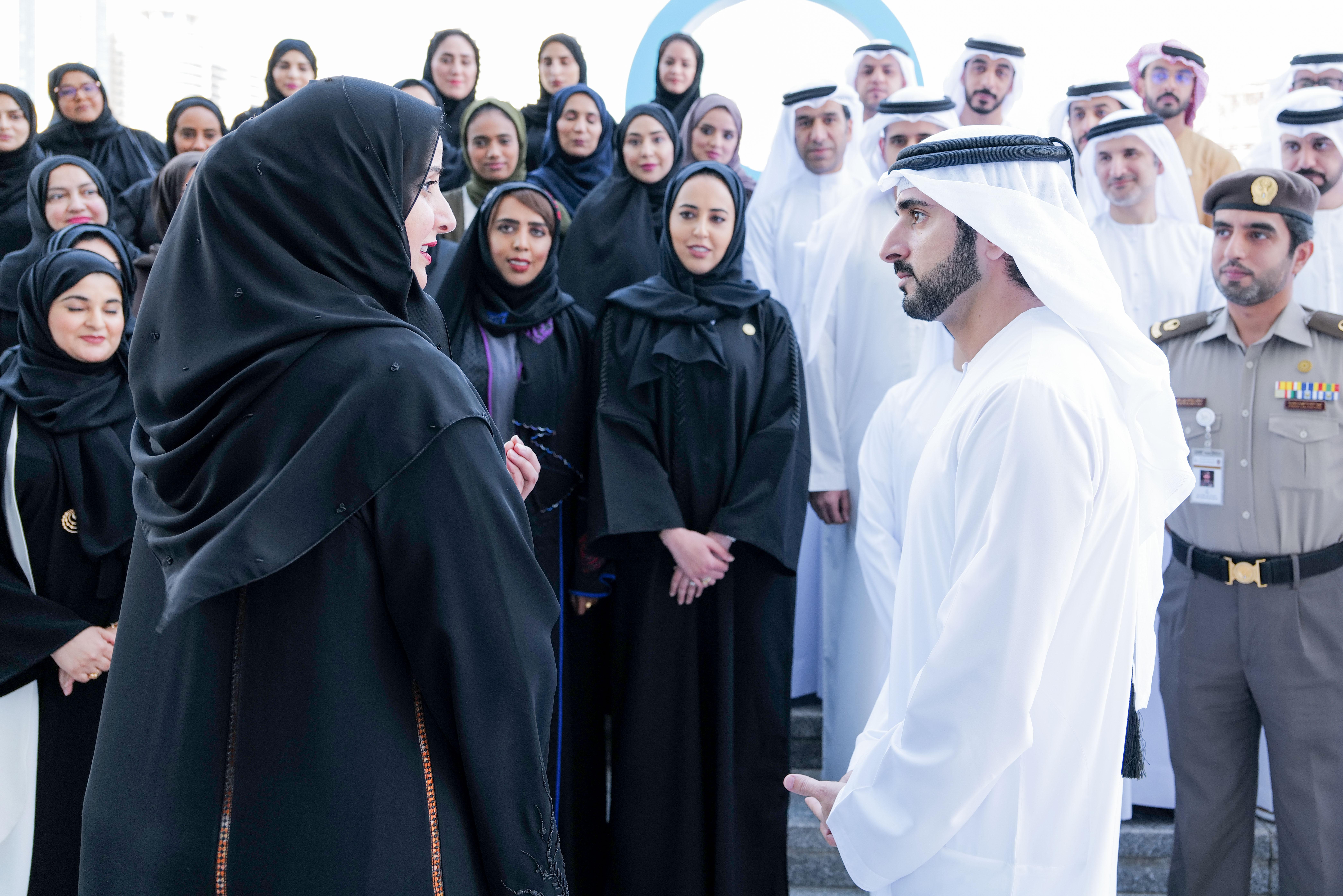 حمدان بن محمد فى زيارة لمقر مكتب دبي الذكية