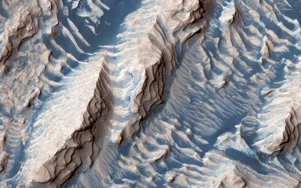 الرمال والصخور على سطح المريخ