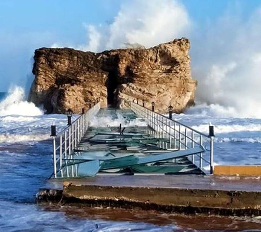 شدة الرياح والأمواج يحطمان زجاج ممر حمام كليوباترا وسط طقس سيئ بمطروح صور اليوم السابع