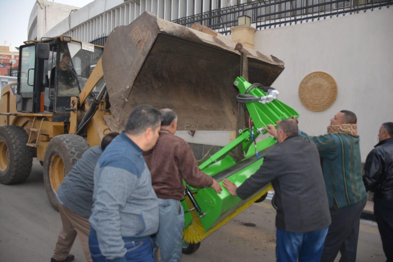 تسليم معدات النظافة لمدن ومراكز الدقهلية (12)