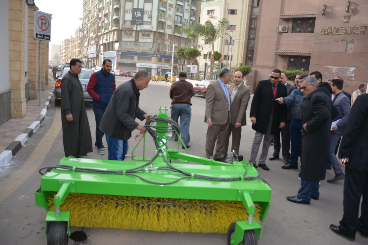 تسليم معدات النظافة لمدن ومراكز الدقهلية (2)