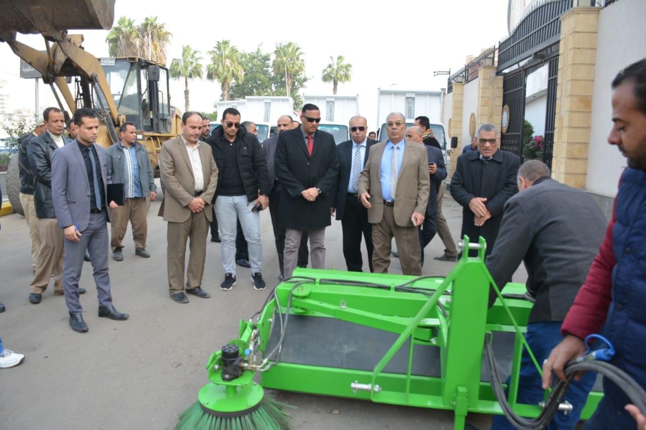 تسليم معدات النظافة لمدن ومراكز الدقهلية (5)