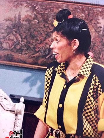كواليس أحد الأعمال المسرحية لعائشة الكيلانى