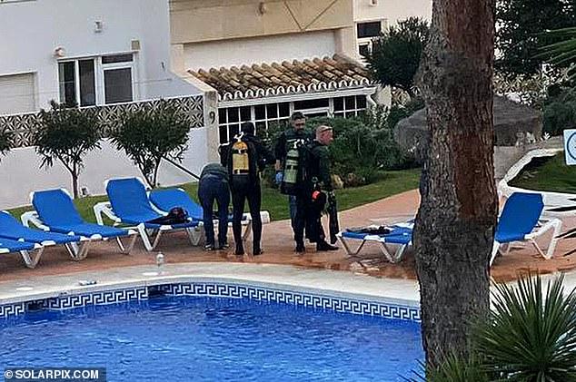الشرطة تعاين حمامة السباحة بعد الحادثة