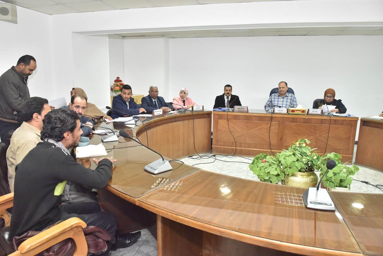 لقاء محافظ أسيوط بعدد من المواطنين (3)