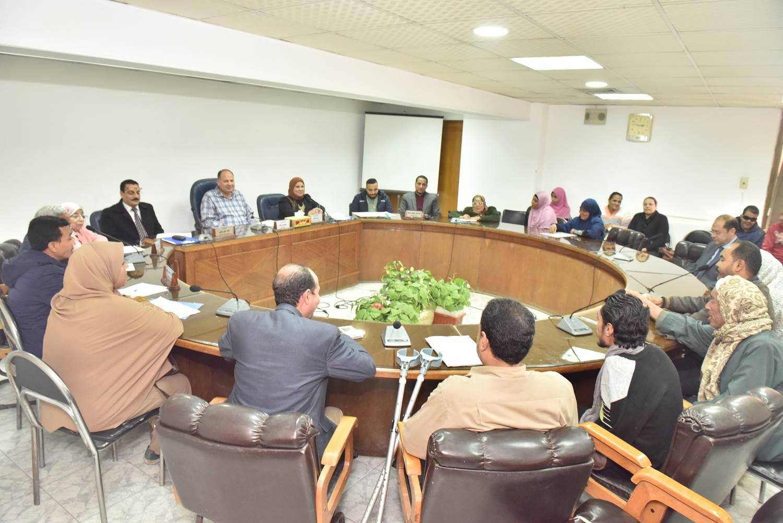 لقاء محافظ أسيوط بعدد من المواطنين (1)