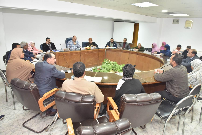 لقاء محافظ أسيوط بعدد من المواطنين (8)