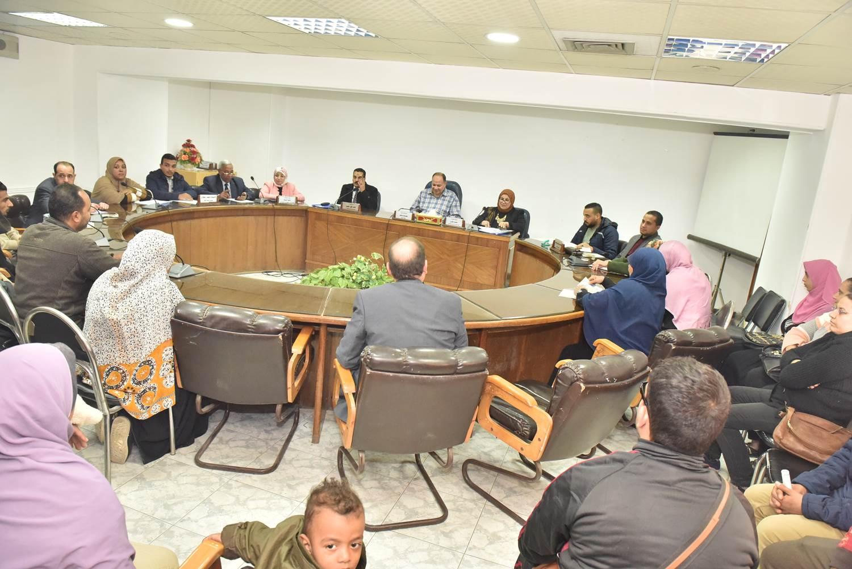 لقاء محافظ أسيوط بعدد من المواطنين (2)