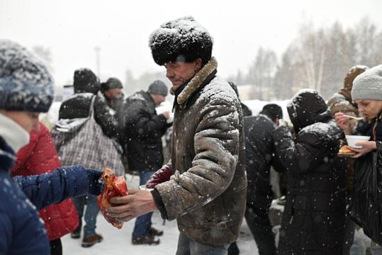 توزيع الطعام على المشردين