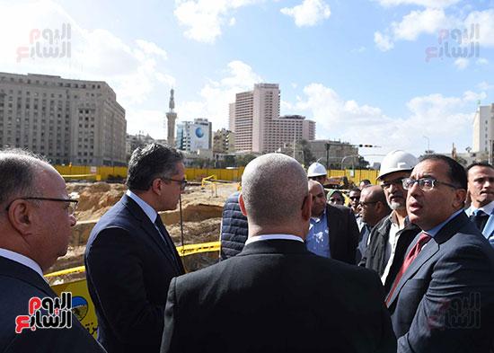 رئيس الوزراء يتفقد أعمال تطوير ميدان التحرير (3)