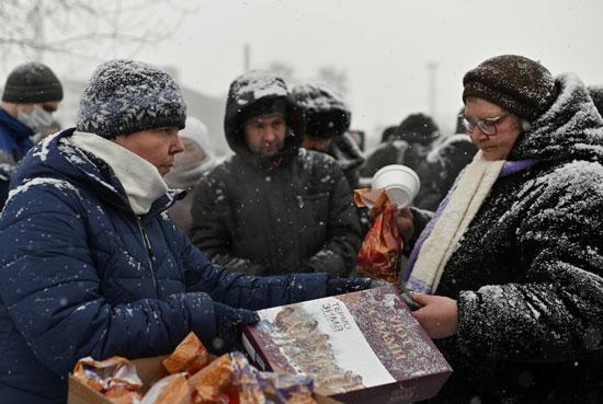 جانب من توزيع الطعام على المشردين