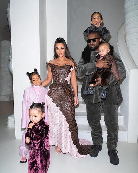 صورة عائلية وابنة كيم كاردشيان تبكى