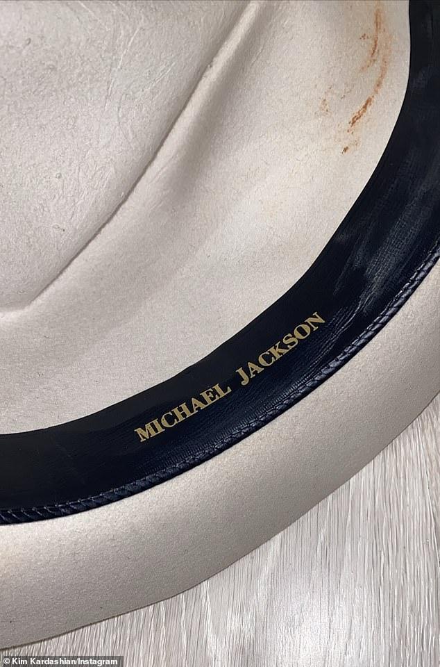 كيم كاردشيان تحصل على قبعة بتوقيع اسم مايكل جاكسون