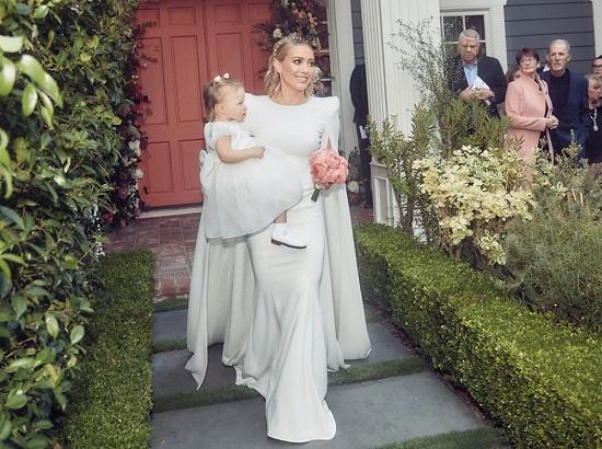 هيلاري داف تحمل ابنتها في حفل زفافها
