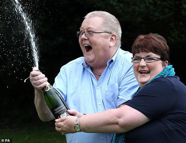 كولين وير وزوجته يحتفلان بجائزة اليانصيب الكبرى