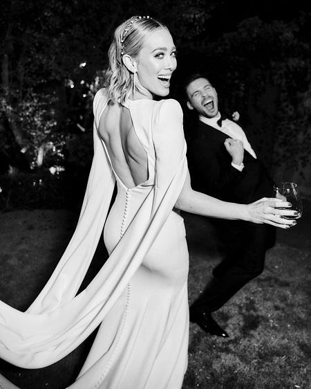 هيلاري داف مع زوجها في حفل الزفاف