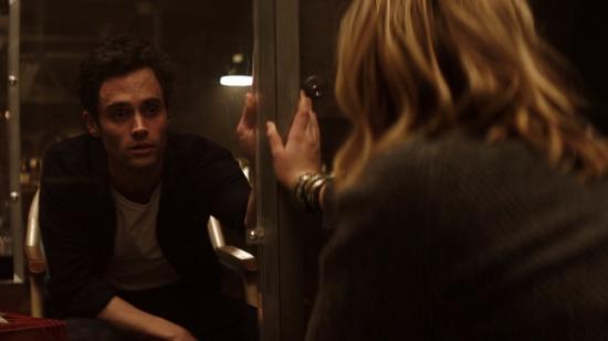مشهد من مسلسل You (1)