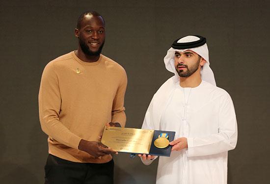 حصل روميلو لوكاكو من إنتر ميلان على جائزة من الشيخ منصور بن محمد