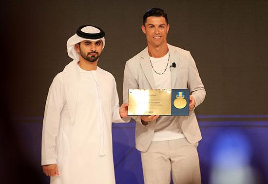 حصل كريستيانو رونالدو على يوفنتوس على جائزة من الشيخ منصور بن محمد