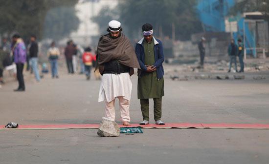مواطنون يصلون في الشارع تزامنا مع التظاهرات
