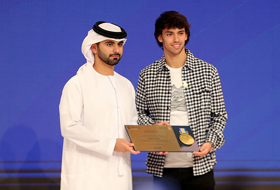 حصل جواو فيليكس من أتلتيكو مدريد على جائزة من الشيخ منصور بن محمد