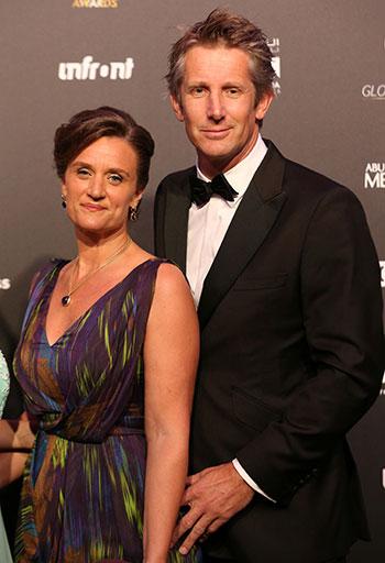 الرئيس التنفيذي لأياكس إدوين فان دير سار يتقدم مع زوجته أنيماري فان كيستيرن عند وصولهما إلى الجوائز