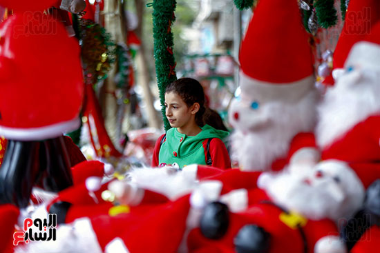 طفلة وسط زينة الكريسماس