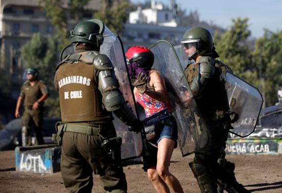 قوات الأمن وأحد المتظاهرين