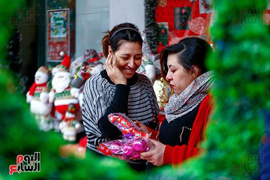أثناء شراء زينة الكريسماس