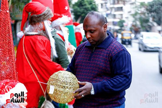 رجل يحمل إحدى زينات الكريسماس